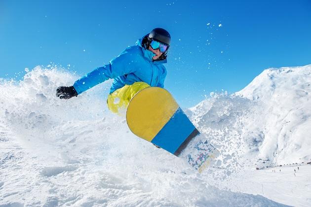 Man snowboarding in snow gear